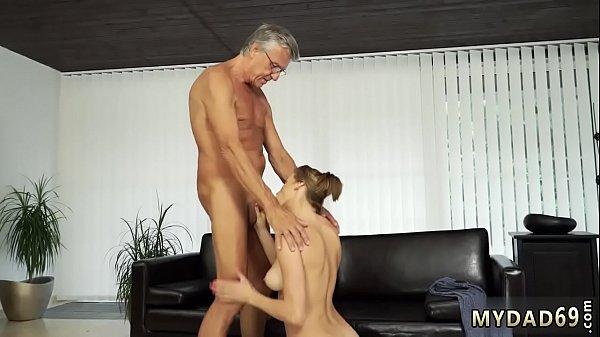 Сексуальная брюнетка  жаждит горячего секса
