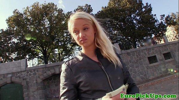 Статная блондинка спустила на улице трусики