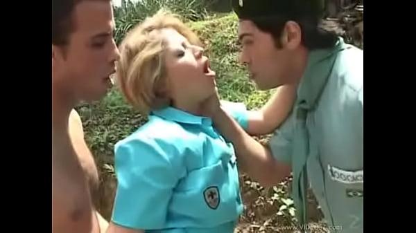 Esposa dando o cuzinho no mato na frente do marido corno
