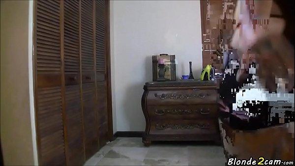 Женщина засовывает огурец
