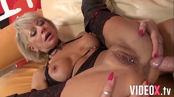 Mamie à la chatte percée se prend une grosse bite dans le cul ! Thumb