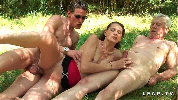 Amatrice brunette francaise baisee dans un plan a trois en pleine campagne Thumb