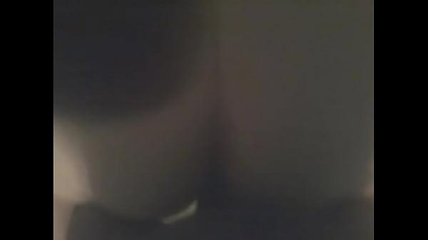 Лысая пизда молодой брюнетки танцующей перед камерой