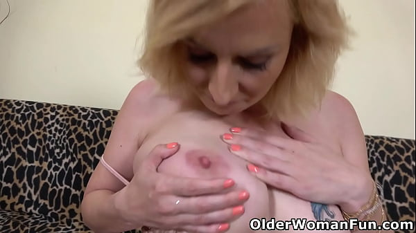 Luscious mature Kaylea sure knows how to pleasure her pussy