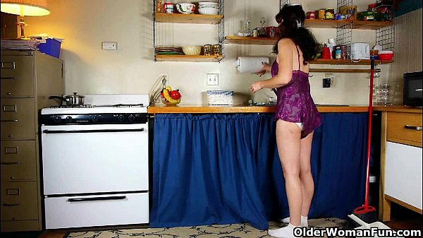 Mom goes to town on her ladybits in the kitchen