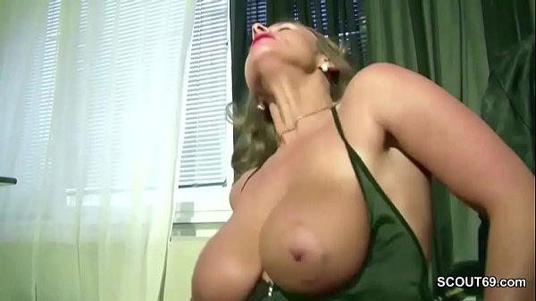 Alter Sack fickt Teeny mit Monster Titten auf Arbeit durch