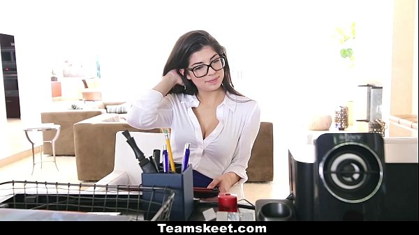 Секретарша в белых трусиках порно видео