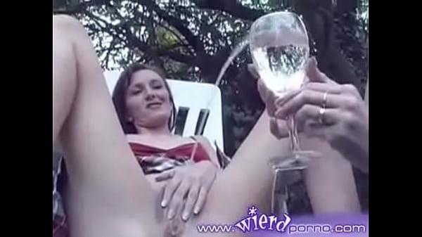 Девушка писает на стакане потом поет мужик #7