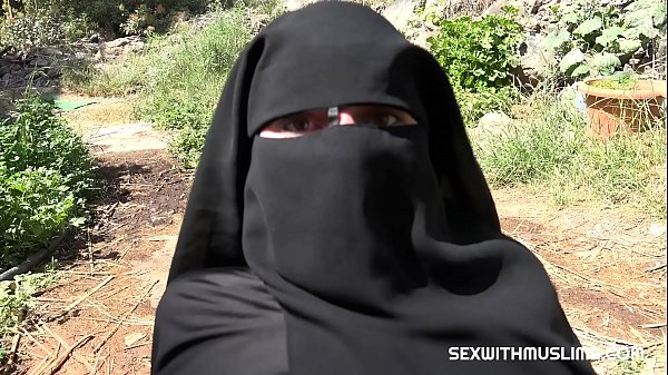 Outdoor suck fuck and cum on Niqab
