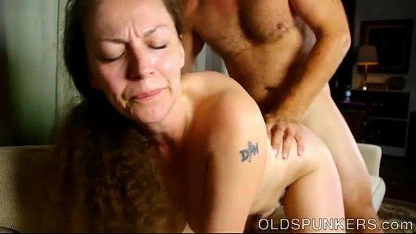 Casada peituda caras e bocas de tesão enquanto faz sexo amador