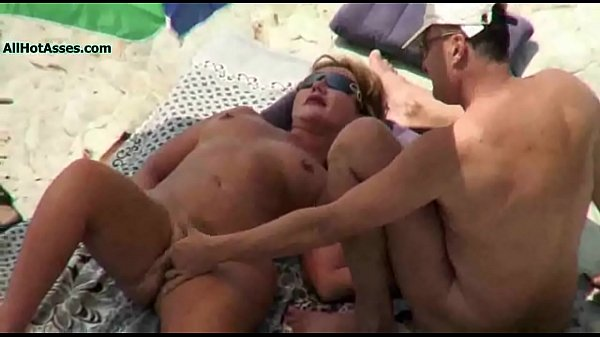 Видео муж отдает жену трахать другому