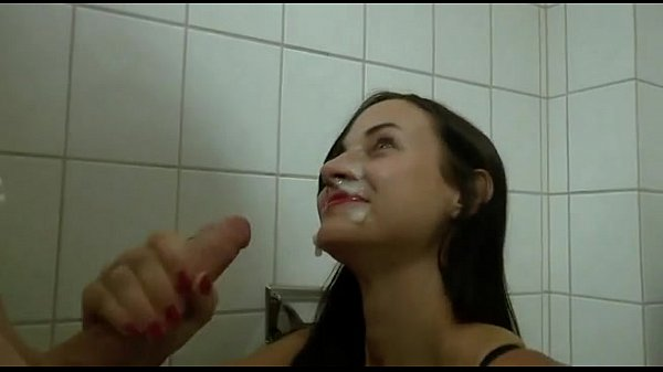Девочка мастурбирует в туалете