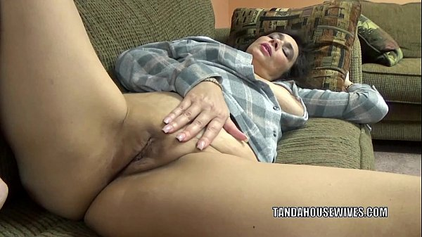 Curvy housewife Alesia Pleasure plays with her mature twat Thumb