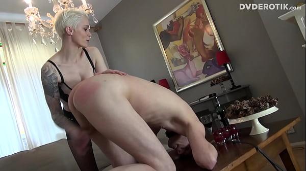Секс втроем с двумя зрелыми грудастыми красотками