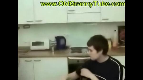 Порно мать уламывает сына на секс видео