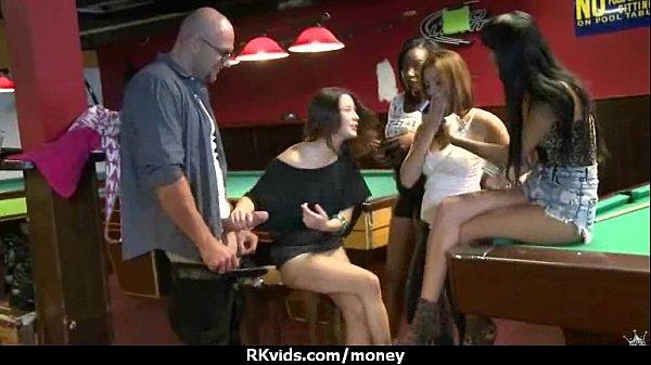Простые русские пьяные тёлки танцуют на стуле