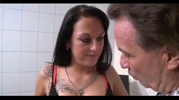 Brunette gefickt vom Doktor