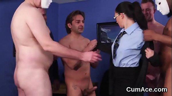 Симпатичная девушка мастурбирует
