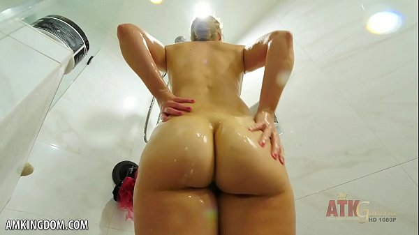 Mia Vallis toys her juicy pussy for you