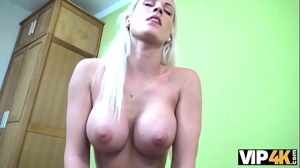 VIP4K. La blonde aux gros seins Blanche se donne à un agent de prêt au bureau Thumb