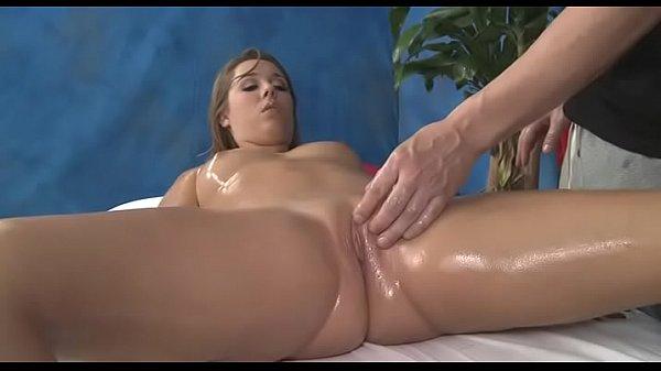 Девушка мастурбирует и кончает на кровать