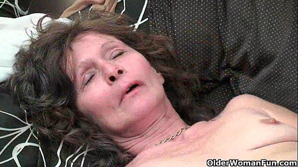 Зрелая баба мастурбирует свою пизду