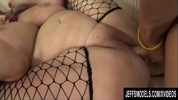 Nagy lógó cicis duci szőke csaj fekete hálós harisnyában szexel