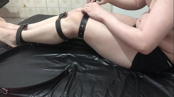 Prendendo as pernas com cintas(self-bondage)