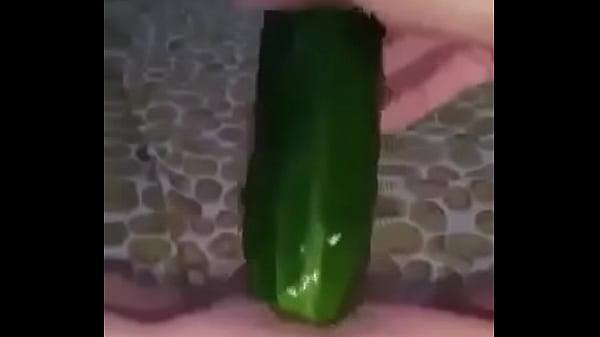 Encontré un vídeo de mi hermana metiéndose un enorme pepino