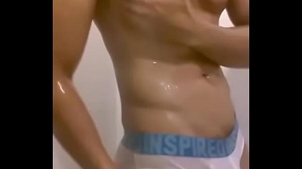 Anh đẹp trai tắm khoe body hết sảy