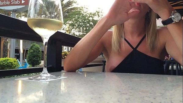 loira pagando Peitinho no restaurante Thumb