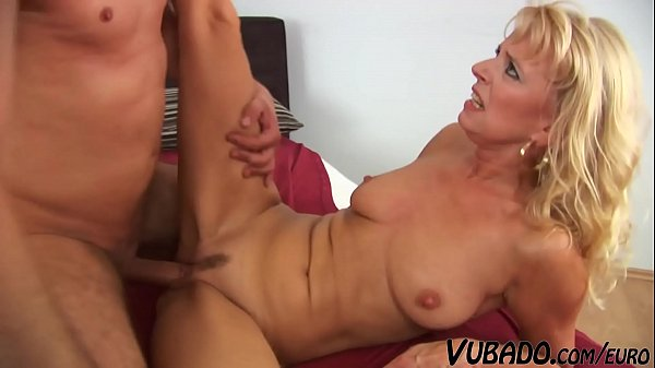 Blonde Step Mom Doesn't Enjoy Blowing Large Dicks