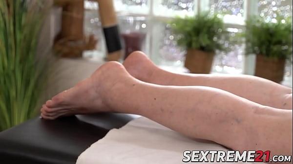 Толстая волосатая на массажном столе домашнее
