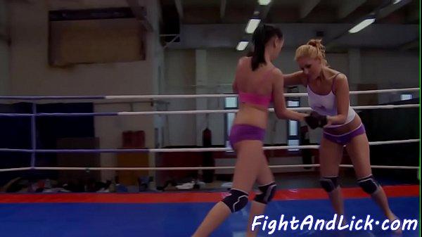 Смотреть онлайн лесбиянки на ринге со стропом порно
