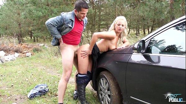 Девка тормозит машину а потом ебёся