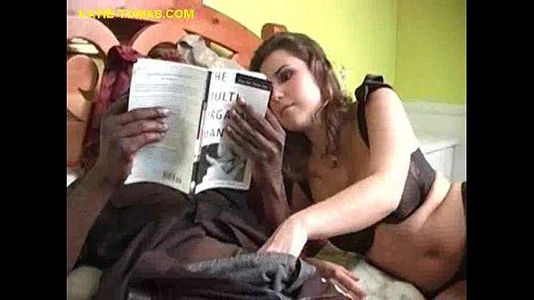 трахает ее пока она читает красивые девушки