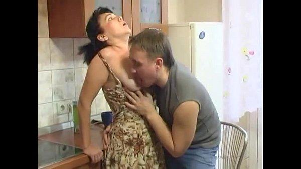 Сын трахнул свою маму в вонной видио