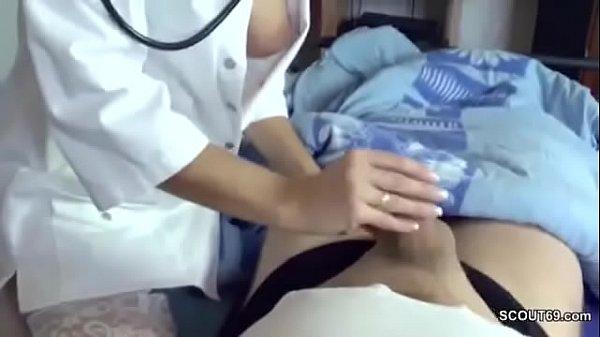 Krankenschwester holt ihrem Patienten einen runter