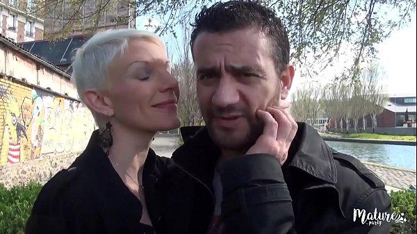 Mia, sexy mature veut plus d'hommes et que ce s...