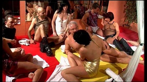 kino-pro-svingerskiy-seks-foto-bolshih-zadnits-v-yubkah