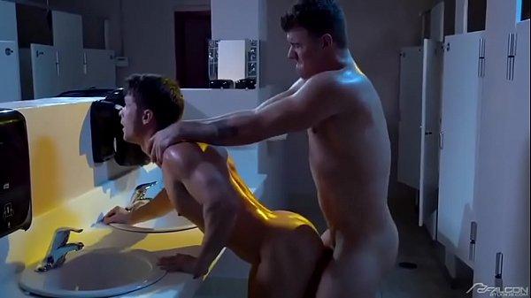 Fudendo suados no banheiro