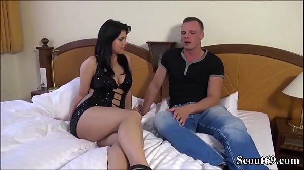 Teeny wird bei ersten Porno Casting ohne Kondom gefickt