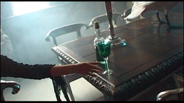 Азиатская служанка сосет под столом