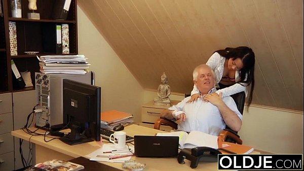 Босс трахает секретаршу и потом пришла жена