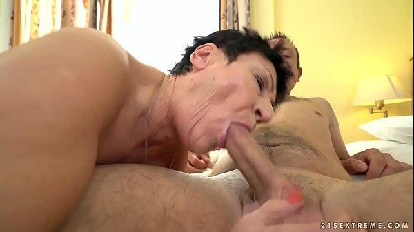 Видео зрелая женщина снимает сама себя голой