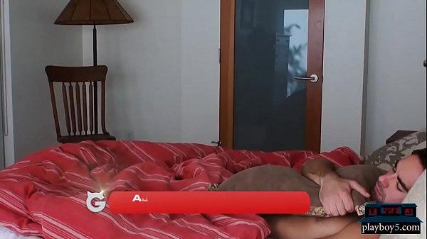 Две девушки разбудили парня