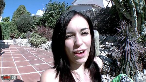 Сексуальная брюнетка с пирсингом в языке