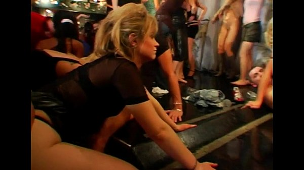 Angelina Crow в сексапильных чулках позирует
