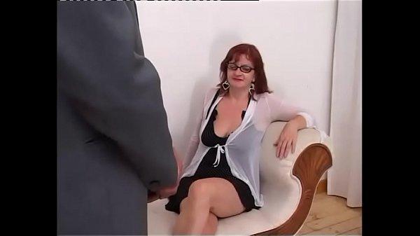 Szexi vörös hajú szemüveges duci csaj nagy farkú pasival szexel