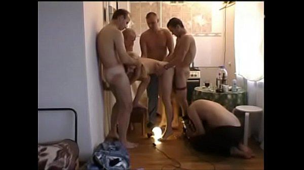Порно шестеро трахнули одну